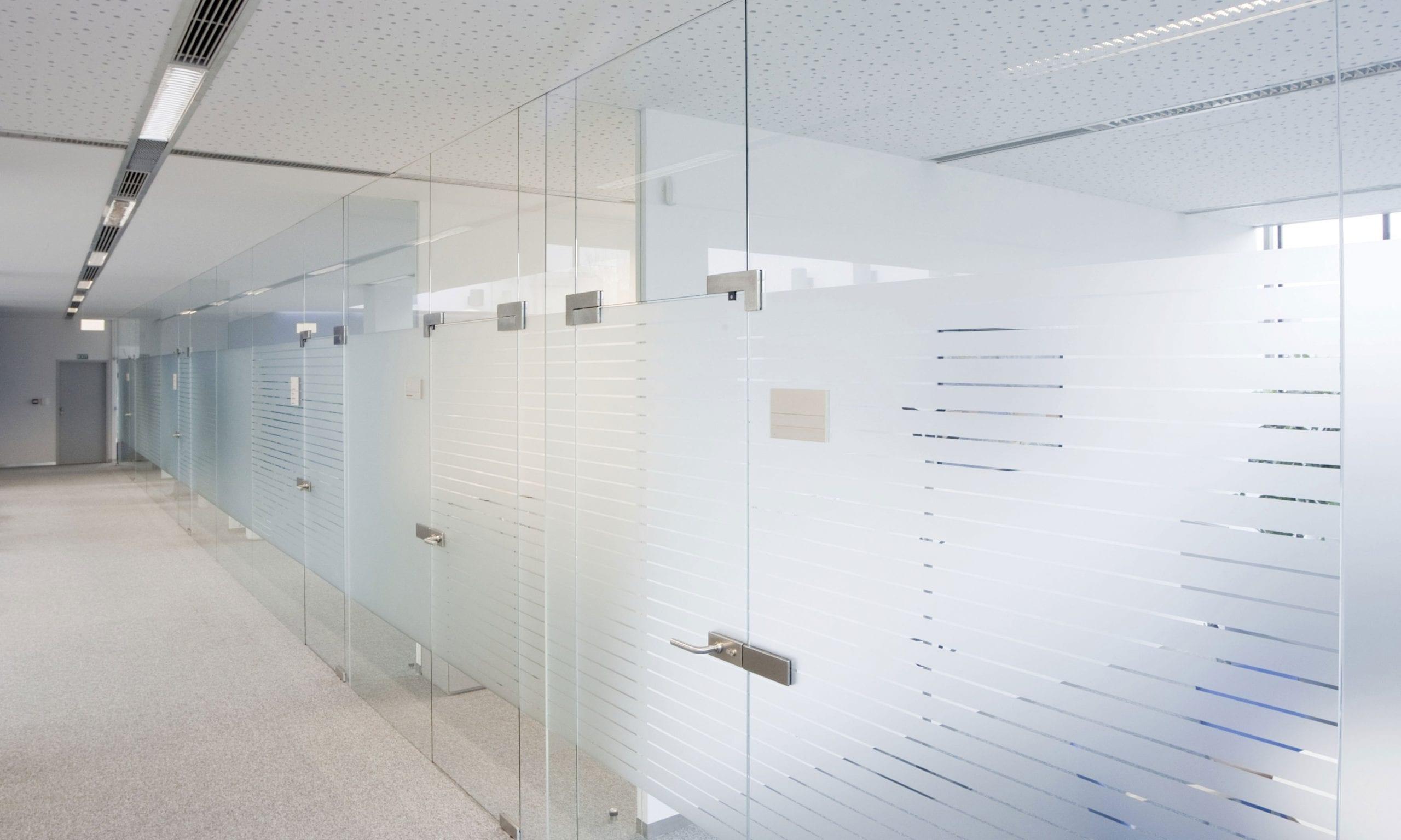 Стъклена преграда с матирано стъкло